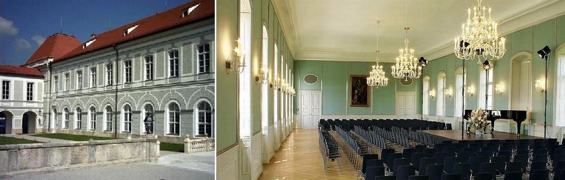 Das Bild zeigt eine Collage des Projekts Schloss Nymphenburg. Das linke Bild zeigt eine Teilansicht des Schlossbereiches in der sich die beiden Räumlichkeiten Orangerie und Hubertussaal befinden. Das rechte Bild zeigt den Hubertussaal teilweise. In diesem wurden spezielle Lautsprecher unsichtbar montiert. Der Saal ist mit Stühlen, einer Bühne, Bühnenlicht und einem Flügel ausgestattet.