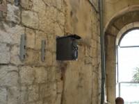 Das Bild zeigt einen einfachen Hifi-Lautsprecher mit montiertem Blechdach als Wetterschutz. Das Foto wurde in Splitt Kroatien aufgenommen.