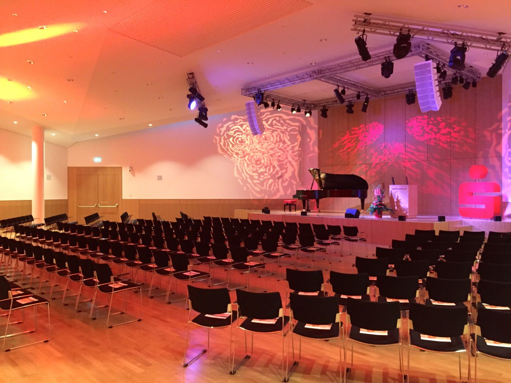 Höhenverstellbare Bühne, L-Acoustics, Meyer Sound CAL 96