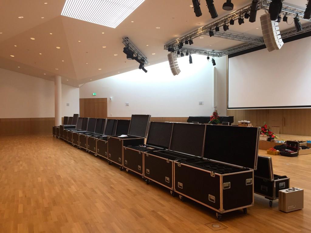 Großbildprojektion, höhenverstellbare Bühne und PA Technik