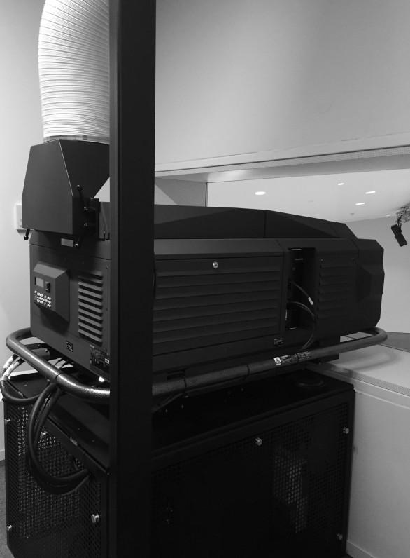 2K-Projektor mit 38000 Lumen und Absauganlage