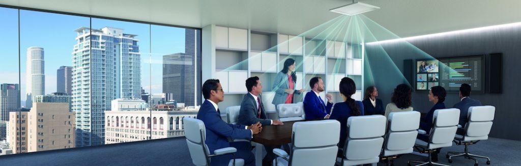 Das Bild zeigt einen Konferenzraum mit einem Decken-Array-Mikrofon, wobei die Empfindlichkeitsrichtung des Mikrofons mit Strahlen visualisiert ist.