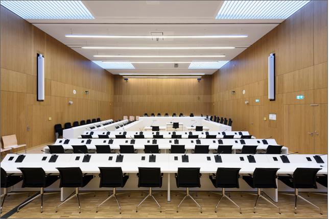 Das Bild zeigt den Hochsicherheitsgerichtssaal in der JVA Stadelheim und deren Beschallungsanlage.