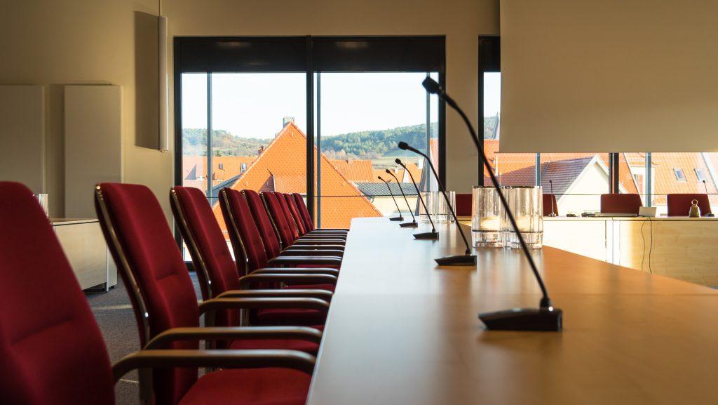 Das Bild zeigt einen Blick auf die Funk-Sprechstellen im Rathaus Marktheidenfeld, mit Blick auf die Stadt.