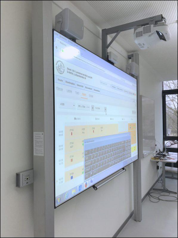 Das Bild zeigt ein Interaktives Whiteboards als Pylonentafel, mit Lautsprechern.