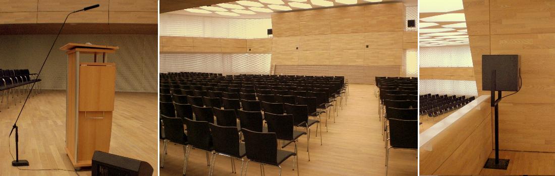 Das Bild zeigt eine Collage des Projekts DMPA München, was das Patentamt ist. Links ist ein Rednerpult mit Bodenmonitorlautsprecher und hochwertigem Rednermikrofon mit speziellem Fiberglas-Rohrsytem zu sehen. In der Mitte ist der Saal von hinten zu sehen. An der Stirnwand aus Holz erkennt man sehr unscheinbare kleine schwarze Punkte, die die Hauptbeschallung für den großen Raum ermöglichen. Das rechte Bild zeigt einen kompakten Subwoofer. Das System klingt sehr harmonisch.