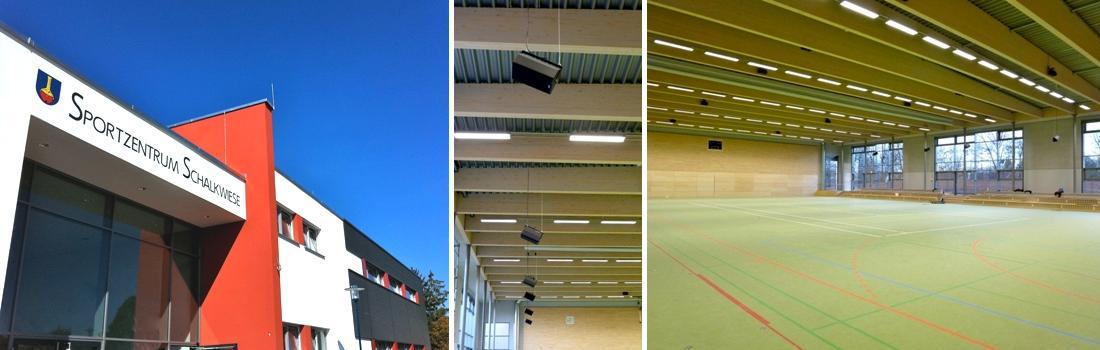 Das Bild zeigt eine Collage des Projekts Sporthalle 2 in Ehningen. Das links Bild zeigt das moderne Gebäude von aussen, in seinen Farben weiß, grau und kaminrot. Das rechte Bild zeigt die große, lichtdurchflutete Halle von Innen. Im Hintergrund die raumhohe Glasfassade. Das mittlere Bild zeigt die abgependelten PA Lautsprecher für die Zuschauertribüne, aufgereiht wie eine Perlenkette.