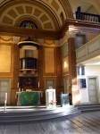 Das Bild zeigt eine historische Kirche von innen. Es ist die St. Pauli Kirche in Hamburg. Zu sehen ein Line-Array mit 4 Modulen und ein konstant gekrümmtes Array für die Empore.