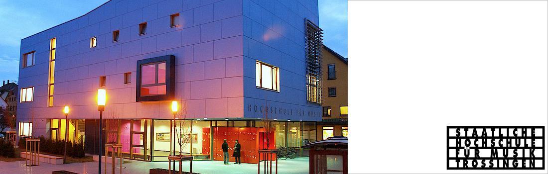 Das Bild zeigt die Hochschule für Musik in Trossingen von aussen, bei Abend, in stimmungsvoller Beleuchtung sowie das Logo der HfM.