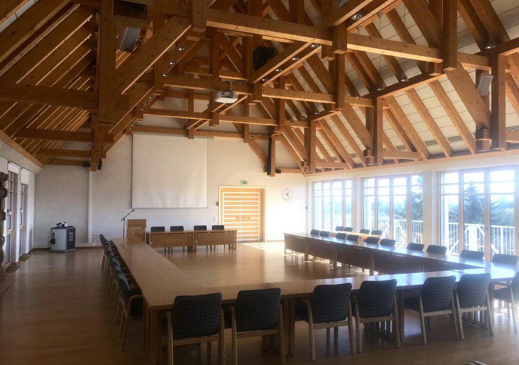 Das Bild zeigt den großen Ratssaal im Landratsamt Hassfurt und deren Beschallungsanlage.