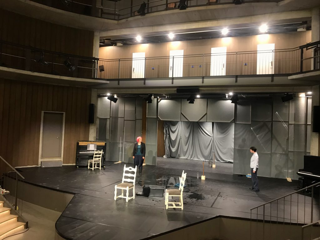 Das Bild zeigt die Bühne des Neuen Globe Theaters in Schwäbisch Hall während einer Probe.