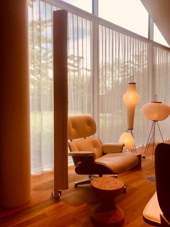 Das Bild zeigt eine hochwertige Wohnungseinrichtung von Vitra mit Lautsprecher. Soniek.com plant Medientechnik hochwertig.