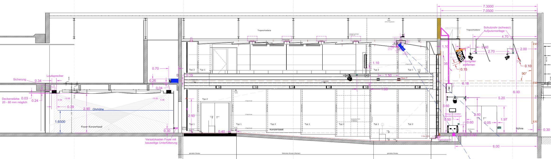 Das Bild zeigt den Längsschnitt eines Konzertsaal mit Installationsdetails der AV Medientechnik.