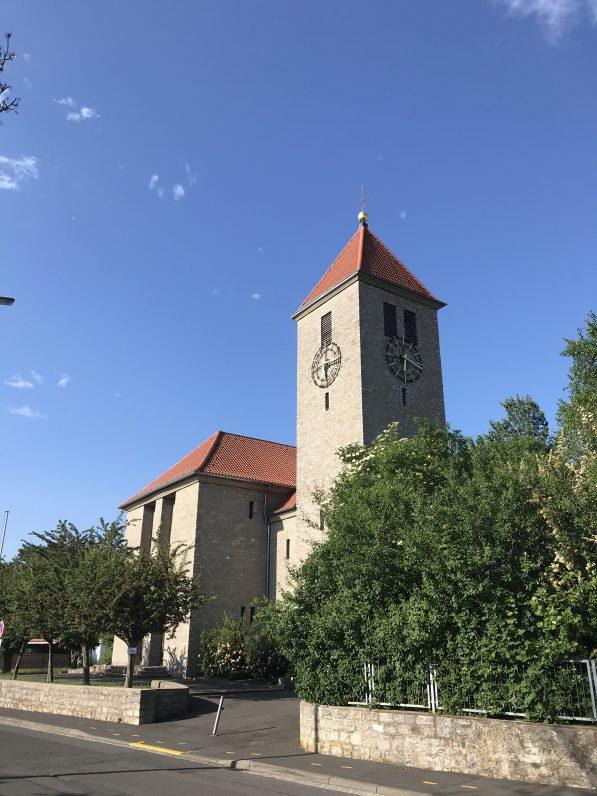 Das Bild zeigt die Katholische Kirche St. Josef in Giebelstadt von aussen. Soniek.com plant Kirchenbeschallung.