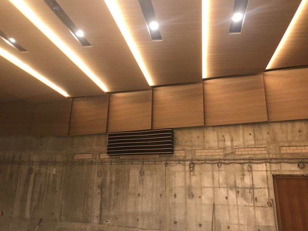 Das Bild zeigt einen Prototypen einer Akustiklamelle im Konzertsaal Nürnberg.