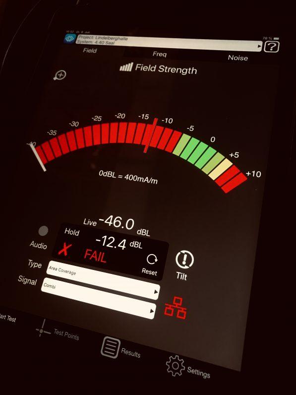 Das Bild zeigt einen Tablett Computer mit App zur Metallverlustmessung.