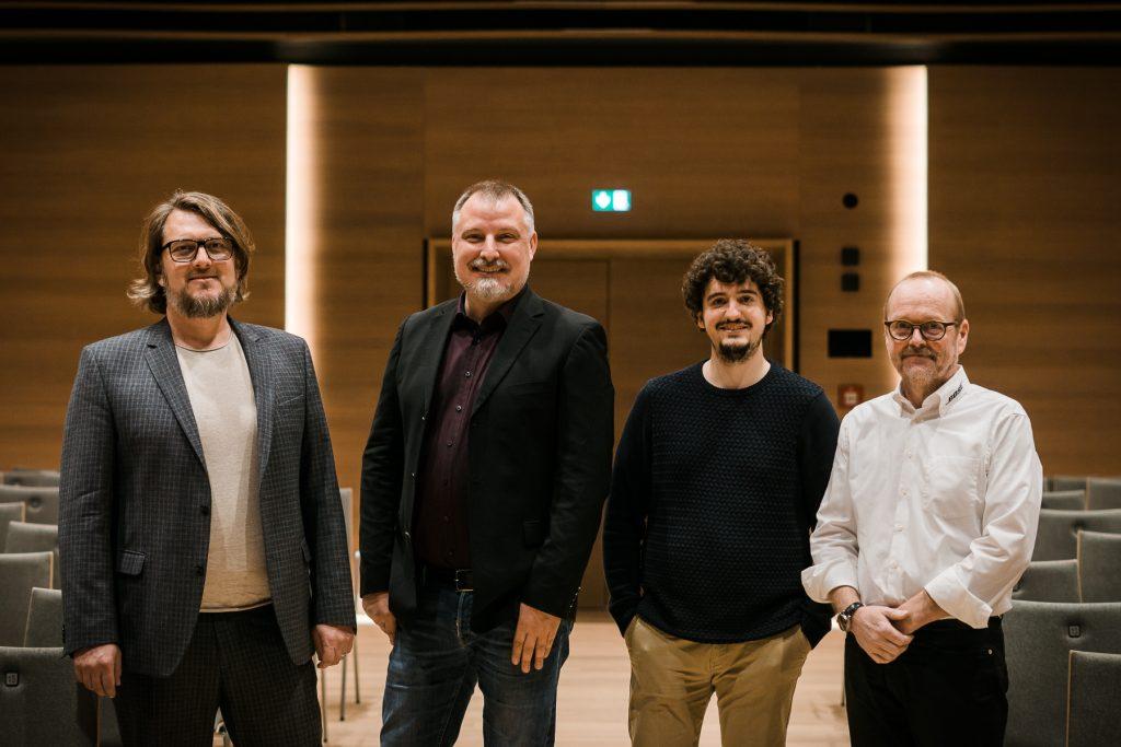 Das Bild zeigt Guido Kacher mit Mitarbeiter und weitere Personen beim Pressetermin im Wohnstift am Tiergarten in Nürnberg.